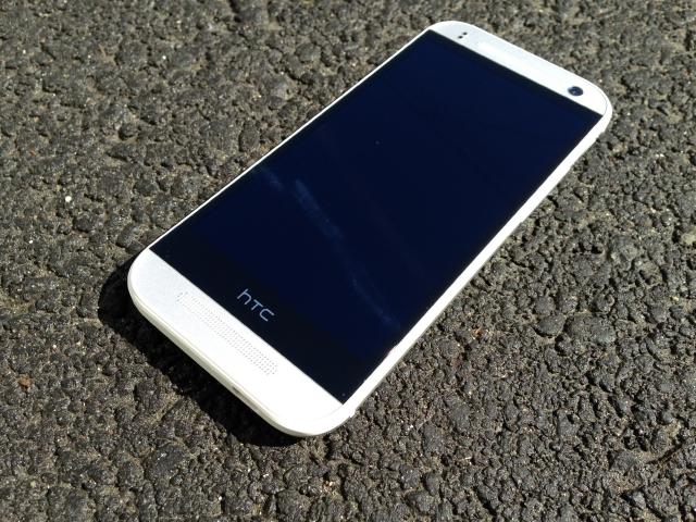 Фото смартфона HTC One mini 2.